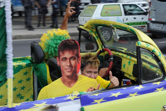 Des supporteurs brésiliens paradent dans les rues de Rio avec une effigie de Neymar, le 18 juin.