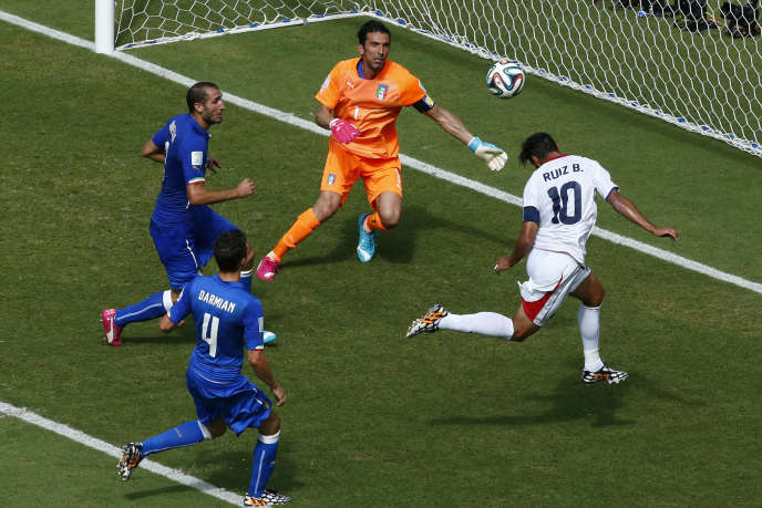 Juste avant la mi-temps, l'attaquant costaricain Bryan Ruiz marque d'une tête sous la transversale.
