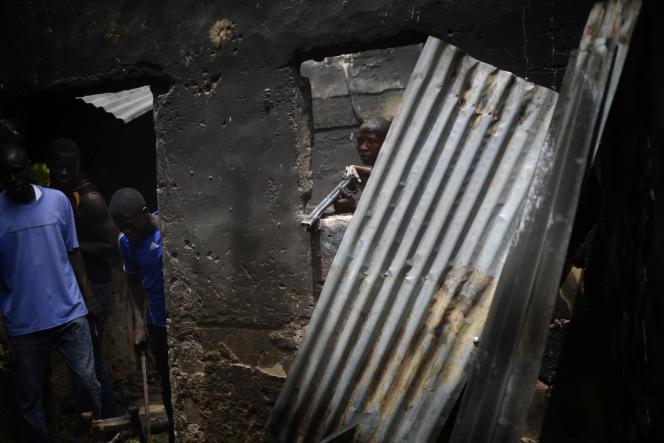 Des miliciens locaux de la Civilian Task Force dans un faubourg de Maiduguri.