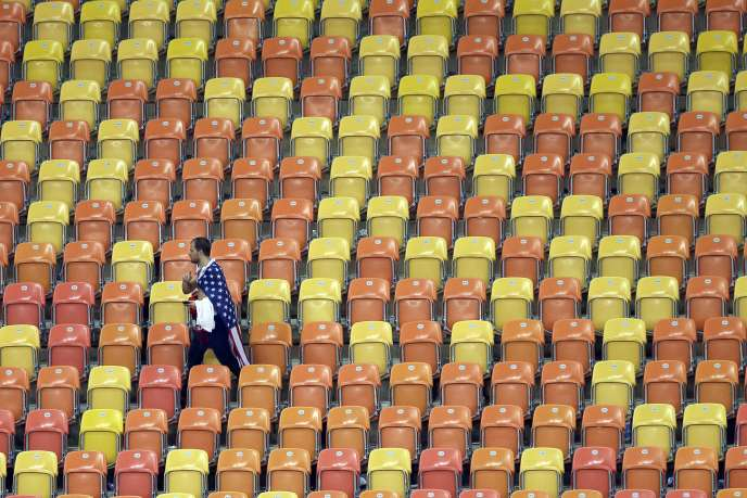 Un supporteur américain quitte les tribunes de l'Arena Amazonia de Manaus, dimanche 23 juin après le match Portugal-Etats-Unis (2-2).