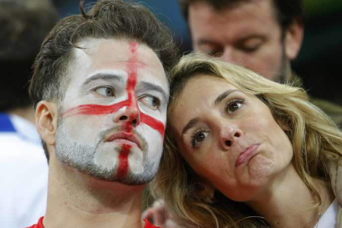 Des supporteurs anglais après la défaite de leur équipe contre l'Uruguay, le 19 juin à Sao Paulo.