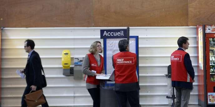 Des employés de la SNCF à la gare d'Austerlitz (Paris), le 19juin.