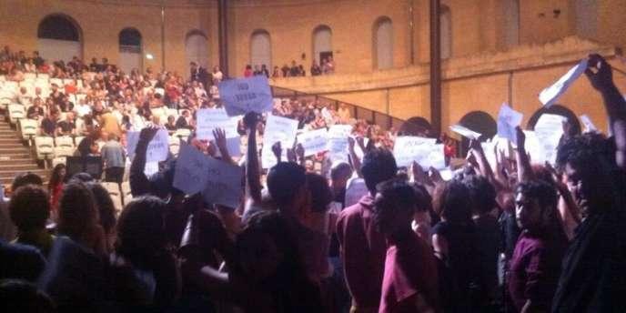 Les intermittents sur la scène du Théâtre de l'Agora, dimanche 22 juin, provoquant l'annulation de la première du festival Montpellier Danse.