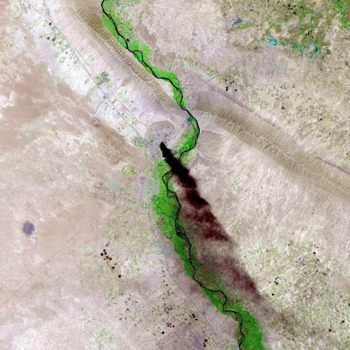 Une vue satellitaire de la raffinerie de Baiji, d'où s'échappe de la fumée, lors des combats opposant l'EIIL à l'armée irakienne, le 18 juin.