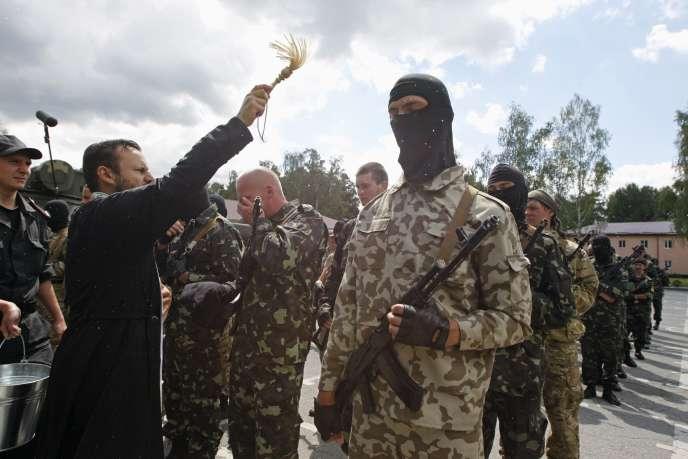 Bénédiction du bataillon d'autodéfense du Donbass, le 23 juin, près de Kiev.
