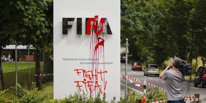 La pancarte de la Fédération internationale de football association vandalisée à Zurich, le 14 juin.