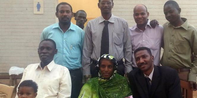 Meriam Yahia Ibrahim Ishag pose le jour de sa libération avec des membres de sa famille, dont son mari américain Daniel (à sa gauche) et leurs deux enfants, et l'un de ses avocats, Mohanad Mustafa (à sa droite).