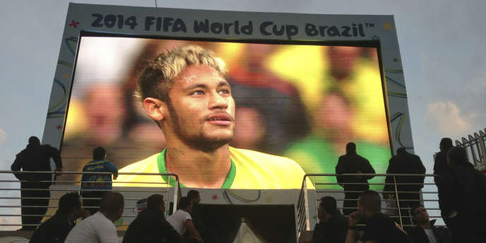 Ecran géant à Sao Paulo, le 23 juin, lors du match Brésil-Cameroun.