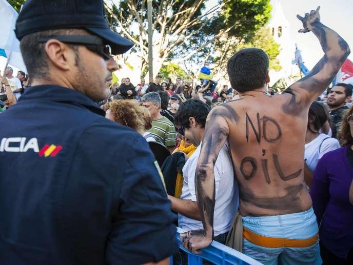 Lors d'une manifestation contre la recherche de pétrole au large des Canaries, le 11 juin à Grande Canarie.