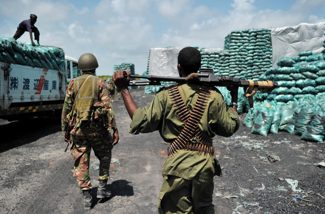 Dépôt de charbon de bois à Burgabo, dans le sud de la Somalie.