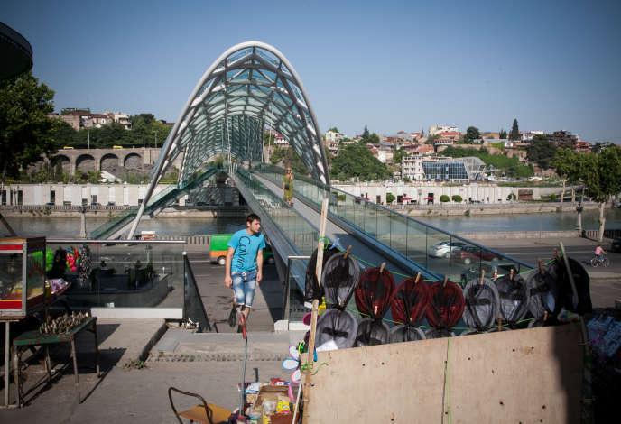 Le pont de la Paix, une passerelle piétonne récente, dans la capitale géorgienne, samedi 21 juin.