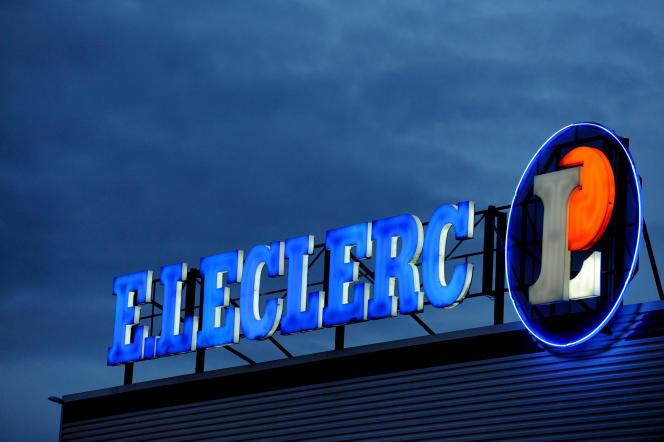 En réponse à Carrefour, Auchan, Casino et Cora, Leclerc diffuse dans la presse une publicité sous le titre «Nos concurrents s'unissent pour proposer au premier ministre d'interdire la publicité pour les comparateurs de prix. Voudraient-ils vous cacher ces énormes écarts de prix ?», suivie d'un comparatif de ses prix avec ceux de Carrefour et Casino (supermarché Leclerc à Brest, en 2011).