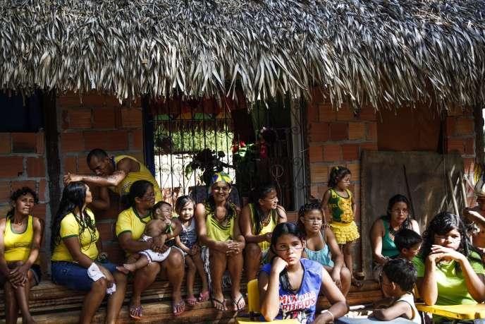 Des Amérindiens de la communauté Satere-Mawe regardent le match Brésil-Croatie, le 12 juin à Manaus.