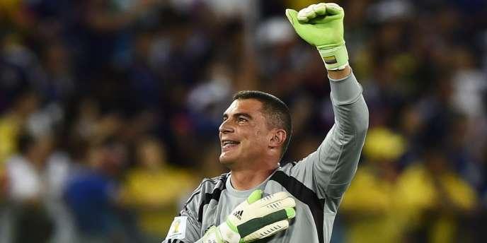 A 43 ans et trois jours, le gardien colombien est devenu le plus vieux joueur à disputer une Coupe du monde, dépassant le Camerounais, qui avait joué à 42 ans, un mois et huit jours en 1994.