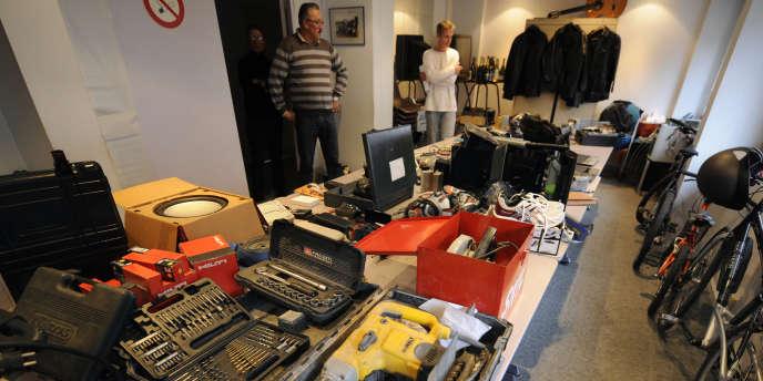 Des dizaines d'objets retrouvés chez plusieurs cambrioleurs entreposés à l'hôtel de police de Nancy, en 2011.