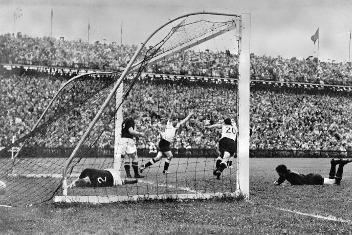 Helmut Rahn marque le but de la victoire contre la Hongrie de Ferenc Puskas (3-2), en finale de la Coupe du monde 1954, à Berne.