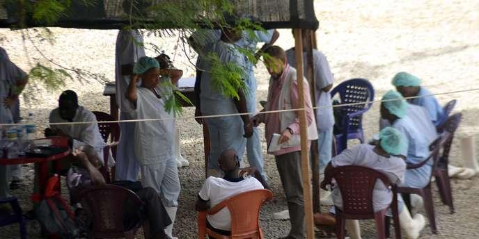 Du personnel de Médecins sans frontières à Conakry, le 25 juin 2014.