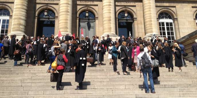 Des avocats sont réunis sur les marches du Palais de justice de Paris pour protester contre le projet de réforme de financement de l'aide juridictionnelle, en juillet.