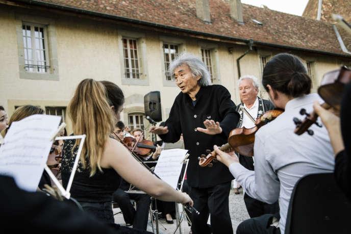 Le 26 juin 2014 à Rolle, en Suisse, le maître lors du concert des élèves de la Seiji Ozawa International Academy Switzerland.