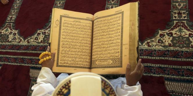 Un homme lit le Coran dans une mosquée de Sanaa au Yémen.