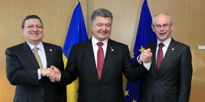 Le président ukrainien, Petro Porochenko, entouré de Jose Manuel Barroso et Herman Von Rompuy, à Bruxelles le 27 juin.