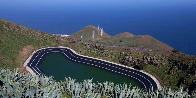 Le réservoir supérieur de la centrale électrique de Gorona sur l'île espagnole d'El Hierro.
