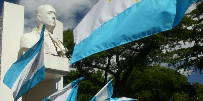 Rassemblement d'indépendantistes, en 2012, devant la stèle de Pouvanaa a Oopa (photo prise dans les années 1960).