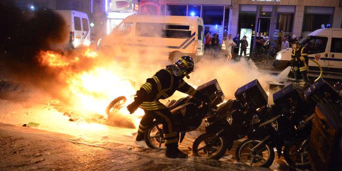 Une heure pile après la fin du match, un hélicoptère de la gendarmerie a dû être engagé dans le dispositif policier, pour guider les opérations.