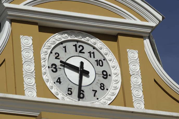 Les aiguilles de la grosse horloge du Parlement bolivien, qui domine la place Murillo, au cœur de La Paz, ne tournent plus de droite à gauche mais de gauche à droite.