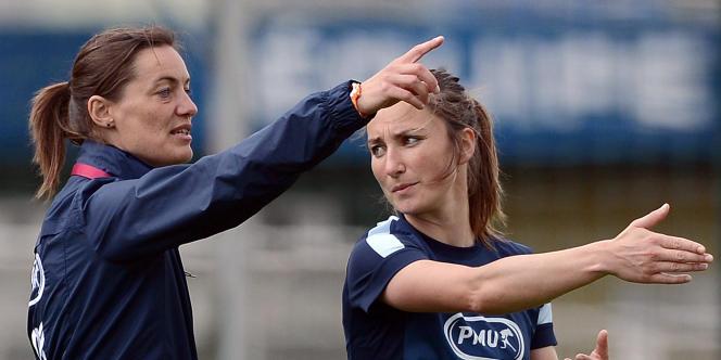 Corinne Diacre (à gauche) et la footballeuse Gaétane Thiney, en juin 2013 à Clairefontaine.