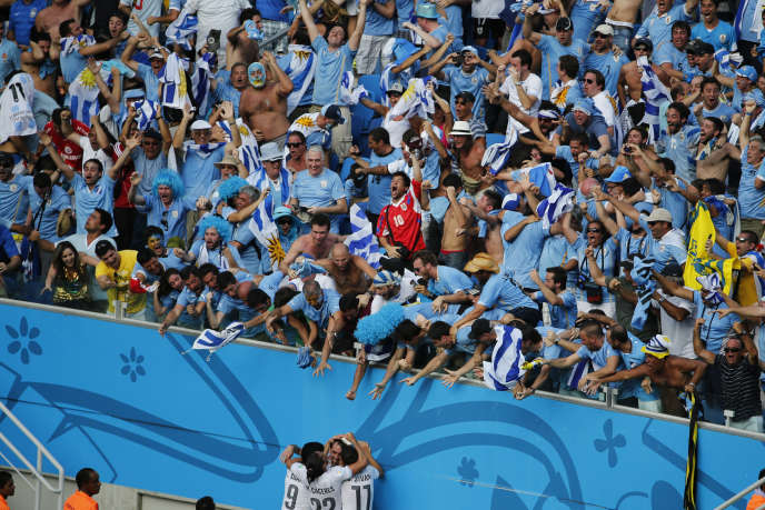 Les supporters uruguayens acclament Diego Godin, buteur face à l'Italie, le 24 juin à Natal.