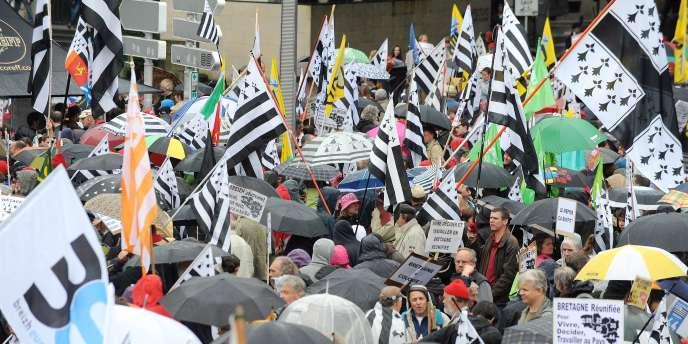 Plusieurs milliers de personnes de tous bords manifestaient samedi après-midi 28 juin à Nantes pour une Bretagne « réunifiée » avec un rattachement de la Loire-Atlantique à la Bretagne.