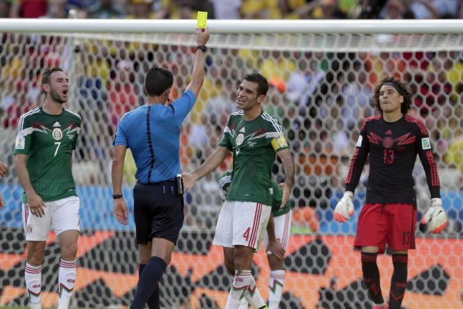 Rafael Marquez reçoit un carton jaune, sous les yeux du gardien mexicain Guillermo Ochoa.