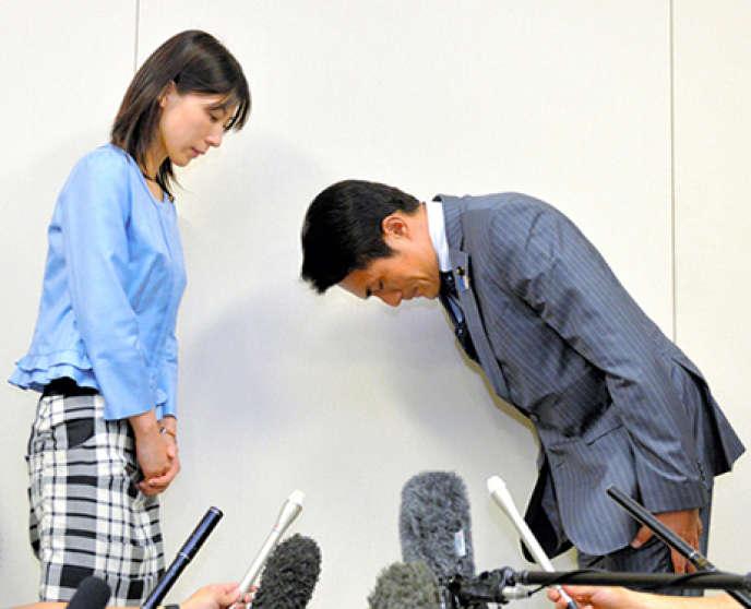 Les excuses très publiques de M. Suzuki, 51 ans, à sa collègue Ayaka Shiomura, 35 ans, le 23 juin,