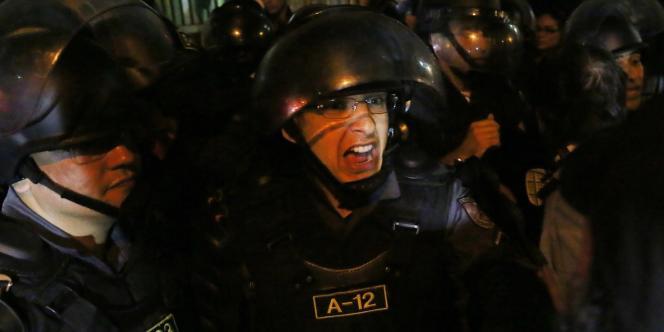 Un policier anti-émeute à Rio de Janeiro, le 28 juin.