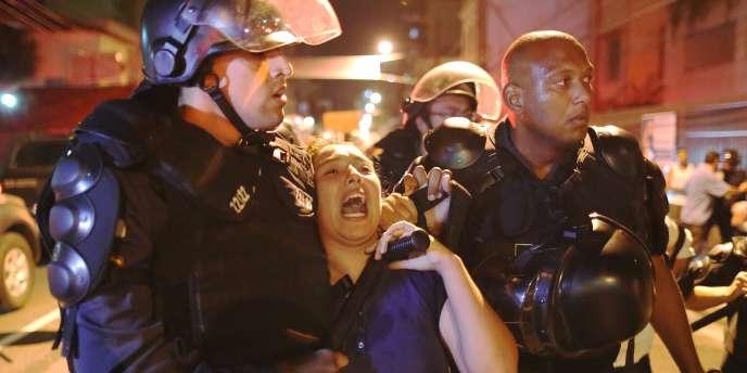 Une manifestante maîtrisée par la police brésilienne, le28juin près du stade Maracana à Rio de Janeiro.