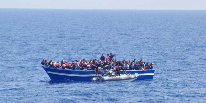 Un total de sept embarcations de fortune transportant 1 654 personnes ont été secourues en vingt-quatre heures par les bâtiments de la marine italienne et des garde-côtes, ont annoncé dimanche 29 juin les autorités.