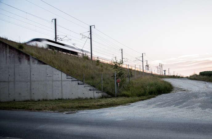 En Seine-et-Marne, le chemin dans lequel les policiers de la SDAT assurent voir s'engager la voiture de Julien Coupat et Yildune Lévy, à 4 heures du matin, le 8 novembre 2008. Au bout, le lieu du sabotage de la ligne TGV-Est, au kilomètre 45.