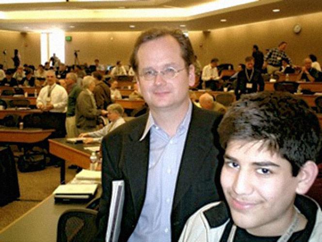 Aaron Swartz, alors âgé de 15 ans, avec le juriste Lawrence Lessig.