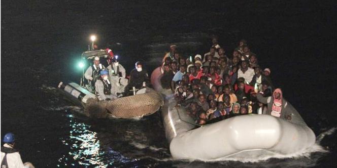[image d'archives] Une trentaine de cadavres ont été trouvés sur un bateau de pêche tranportant environ 590 réfugiés et migrants, dans le canal de Sicile, entre la péninsule et les côtes nord-africaines.