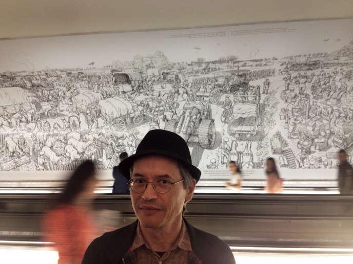 Joe Sacco lors de l'inauguration de la fresque sur la bataille de la Somme dans les couloirs de la station Montparnasse, le 1er juillet 2014.