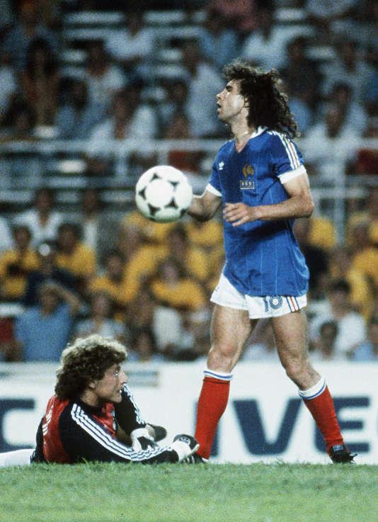Dominique Rocheteau récupérant le ballon devant le gardien de but allemand Harald Schumacher.