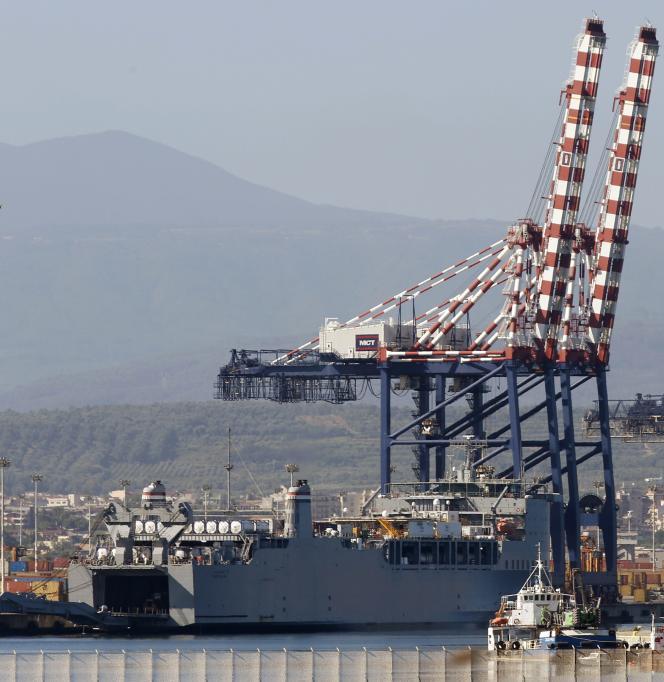 Cargaison d'armes chimiques syriennes sur le « Cape-Ray », dans le port italien de Gioia Tauro.