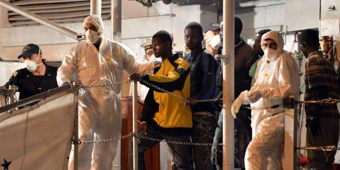 La marine italienne débarque des migrants au port de Pozzallo, en Sicile, le 13 mai.