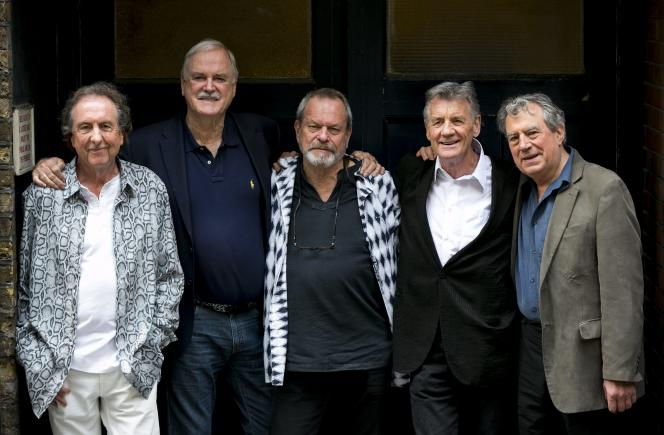 De gauche à droite : Eric Idle, John Cleese, Terry Gilliam, Michael Palin et Terry Jones lors d'une séance photo à Londres, le 30 juin 2014.