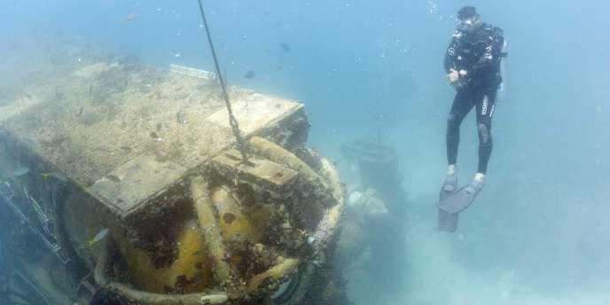 Un plongeur arrive devant le laboratoire sous-marin