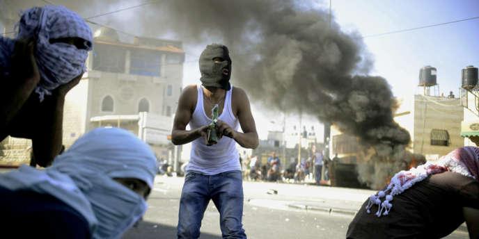 Pendant des affrontements entre la police israélienne et des insurgés palestiniens, à la frontière entre les parties palestiniennes et israéliennes de la ville de Jérusalem, le 2 juillet. Un jeune Palestinien de 17 ans a été enlevé à Jérusalem-Est et tué, a indiqué mercredi la radio militaire israélienne, qui parle d'« un acte de vengeance présumé ».