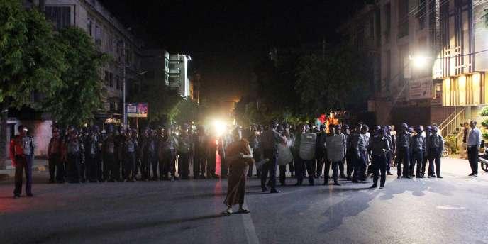 Les émeutes ont commencé mardi soir lorsqu'une foule de centaines de personnes armées notamment de pierres ont attaqué cette échoppe tenue par des musulmans et d'autres bâtiments, et également incendié une voiture.