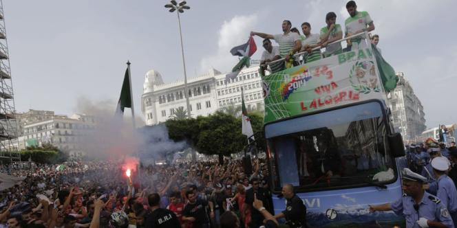Après sa qualification historique et sa résistance face à l'Allemagne lors du huitième de finale du Mondial au Brésil, l'équipe algérienne de football a été fêtée à son retour au pays.