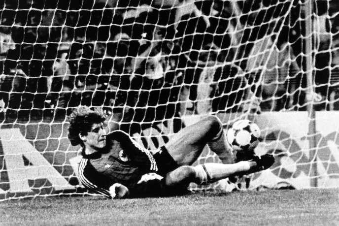 Harald Schumacher arrête un tir du français Maxime Rossis, le 8 juillet 1982